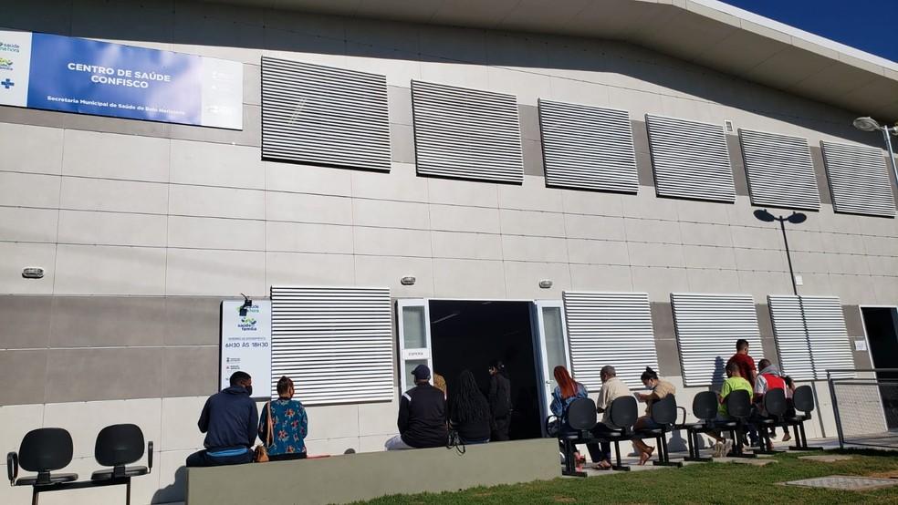 Fila para vacinação contra Covid-19 de pessoas de 24 anos no centro de saúde Confisco, no bairro Bandeirantes, em BH — Foto: Júlio César Santos/ TV Globo