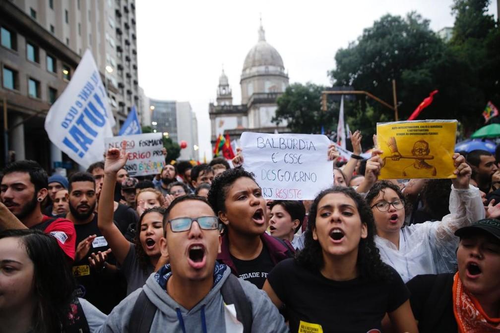 Estudantes protestam no Centro do Rio contra cortes na educação — Foto: Marcos Serra Lima/G1