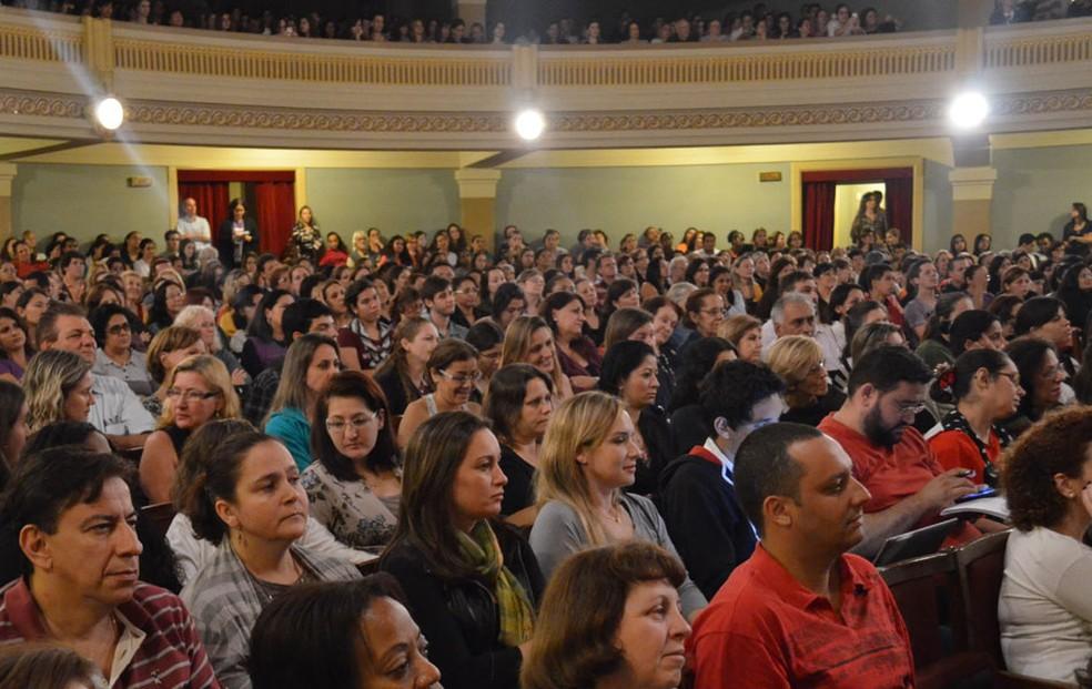 Público prestigia palestra na Feira do Livro no Theatro Pedro II em anos anteriores à pandemia — Foto: Rodolfo Tiengo/ G1