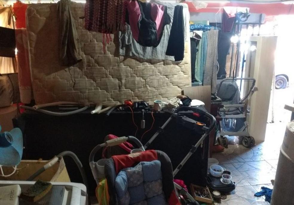 Menino de 4 anos e bebê de 10 meses vivam em condições insalubres, em Arapongas — Foto: Polícia Civil/Divulgação