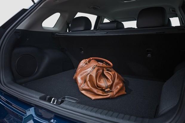 Porta-malas do Niro é um pouco limitado pelo estepe abaixo no assoalho (Foto: Divulgação)