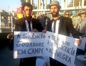 """Protesto pacífico e bem-humorado critica a """"elitização"""" do Maracanã (Foto: Vicente Seda)"""