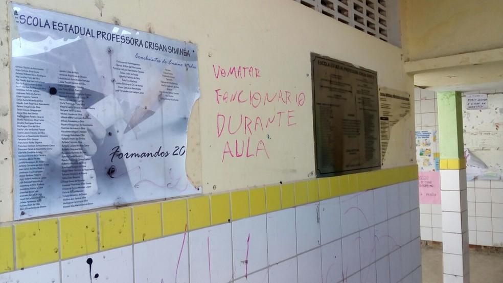 Pichação ameaça funcionário de escola pública em Natal (Foto: Julianne Barreto/Inter TV Cabugi)