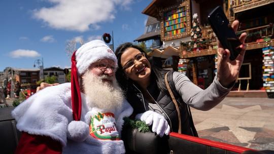 Em Gramado e Canela, clima de Natal tem show de luzes em lago, desfile na rua e Papai Noel no rapel