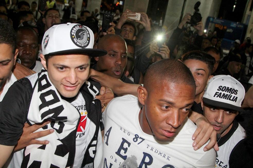 Anderson Martins desembarcou no Rio cercado por vascaínos (Foto: Paulo Fernandes/Vasco.com.br)