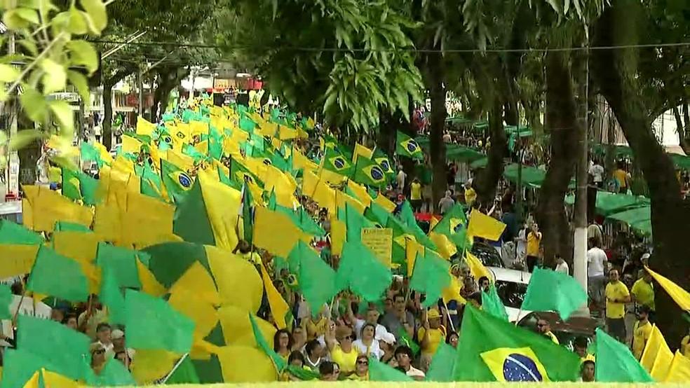 BELÉM, 9h55: Manifestantes reunidos na Avenida Presidente Vargas — Foto: Reprodução/ GloboNews