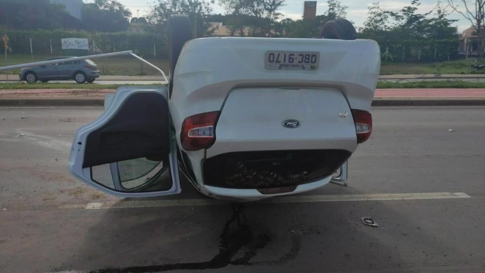 Motorista capotou o carro logo após furar barreira policial — Foto: Brígida Mota/TVCA