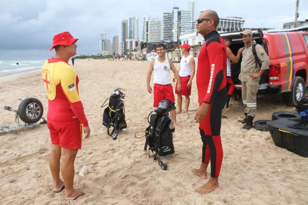 Bombeiros mergulhadores se preparam para entrar no mar em busca da fuselagem do Globocop que caiu no Recife, nesta terça-feira (23) (Foto: Aldo Carneiro/Pernambuco Press)