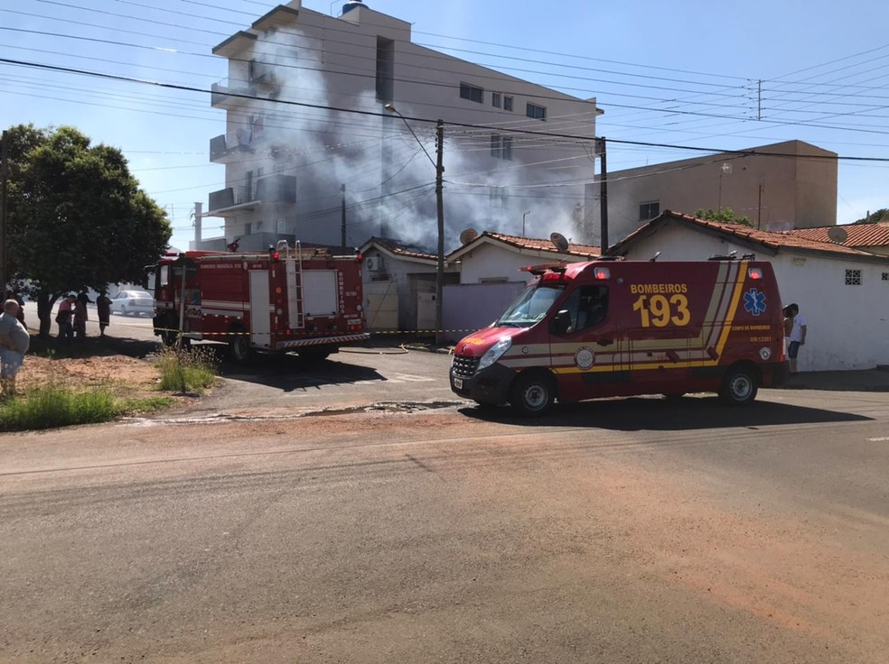 Bombeiros trabalhando para conter as chamas — Foto: Ilson Colombo/Informamais