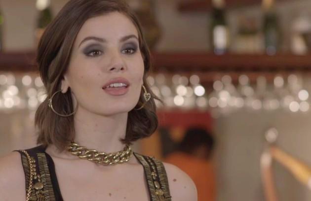 No sábado (13), Vanessa (Camila Queiroz) ficará surpreendida quando João a procurar (Foto: TV Globo)