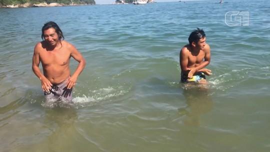 Índios de Mato Grosso veem o mar pela primeira vez em Santos; veja vídeo