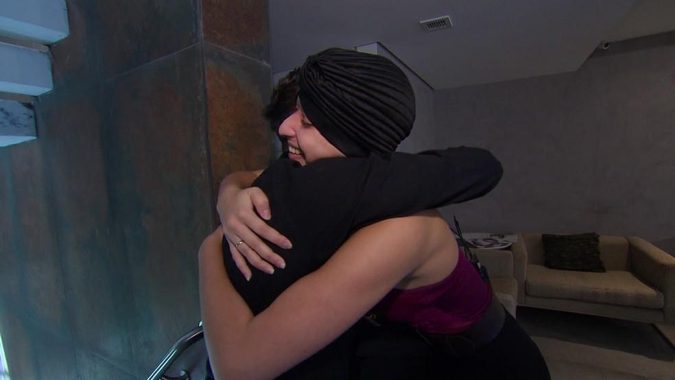 Débora Dantas abraça Luiz Crispim, que confeccionou peruca — Foto: Reprodução/TV Globo