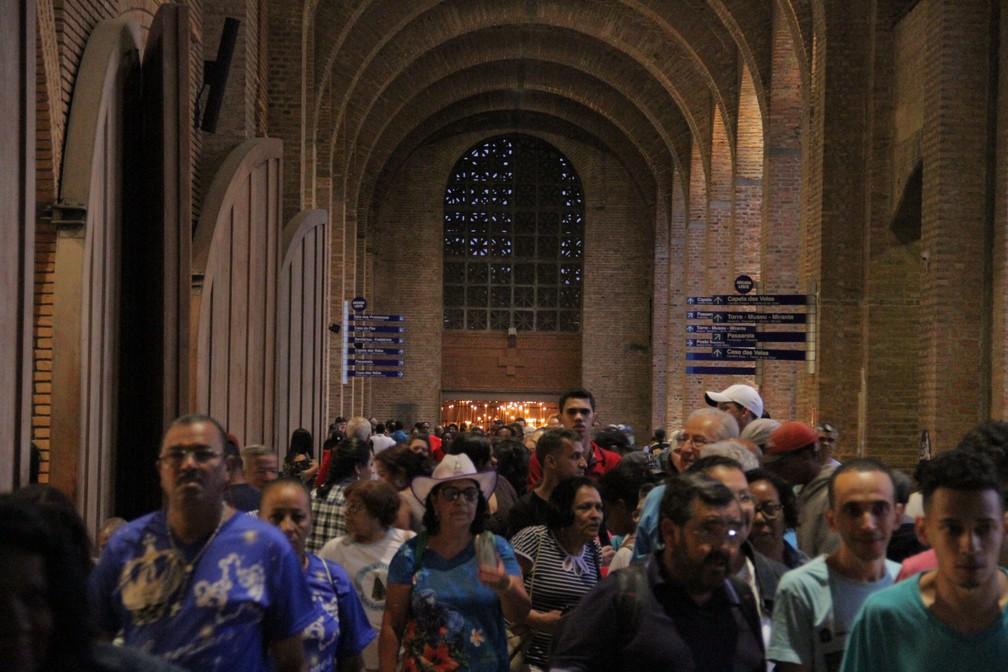 Fiéis lotam Santuário de Aparecida neste dia 12 (Foto: Carlos Santos/G1)
