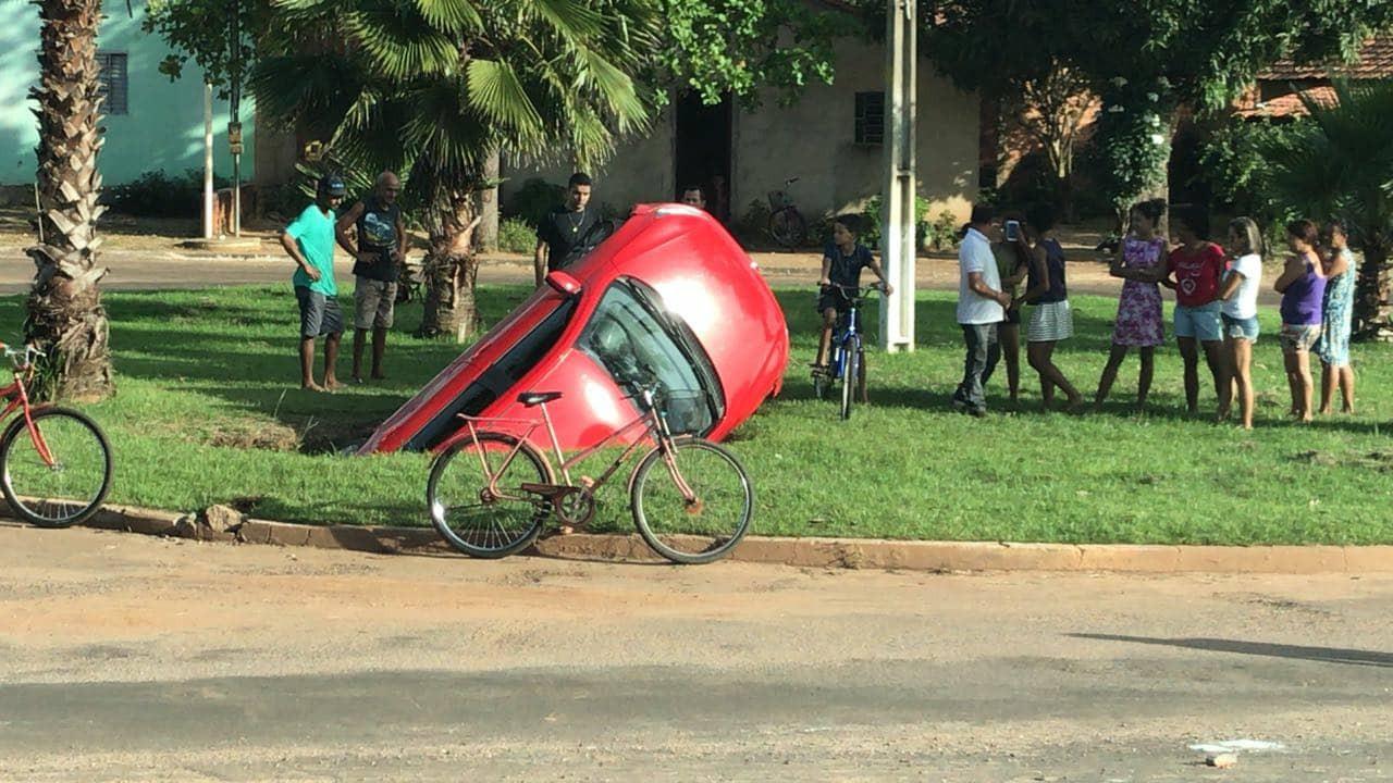 Carro desgovernado cai dentro de buraco em rotatória de Miracema do Tocantins