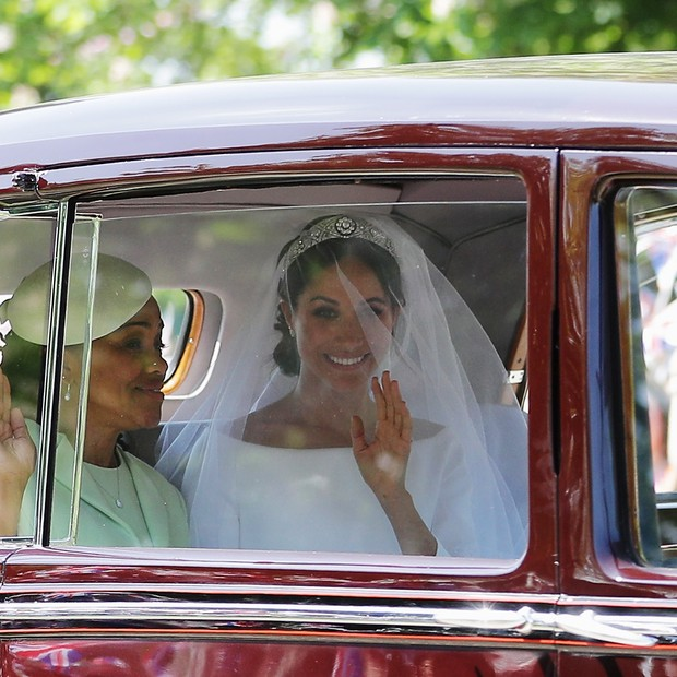 WINDSOR, ENGLAND - MAY 19: Meghan Markle (R) with her mother Doria Ragland drive down the Long Walk as they arrive at Windsor Castle ahead of her wedding to Prince Harry on May 19, 2018 in Windsor, England.  (Photo by Richard Heathcote/Getty Images) (Foto: Getty Images)