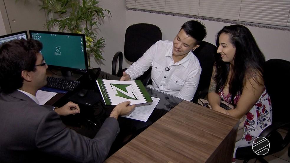 Kaio foi buscar documento com novo nome junto da namorada em cartório de Campo Grande (MS) (Foto: Reprodução/TV Morena)