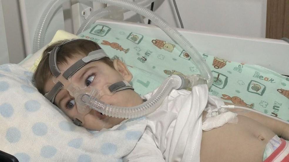 Gabriel tem o tipo mais agressido da doença, ele precisa de aparelhos para respirar e se alimentar (Foto: Manoel Neto/TV Gazeta)