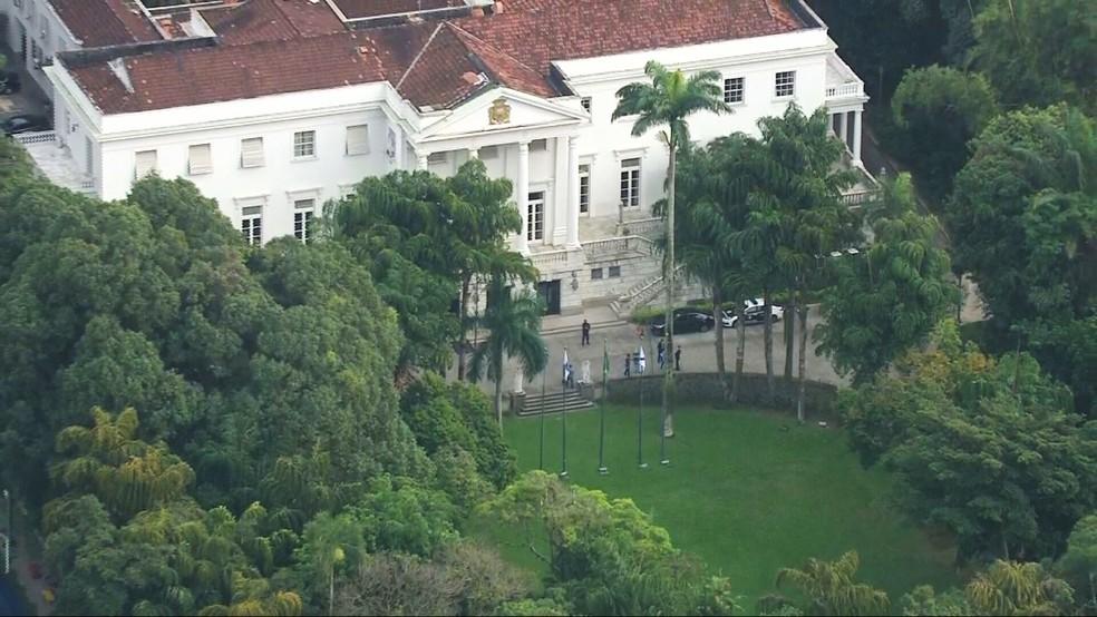 Agentes cumprem mandado de busca no Palácio da Cidade, em Botafogo — Foto: Reprodução/TV Globo