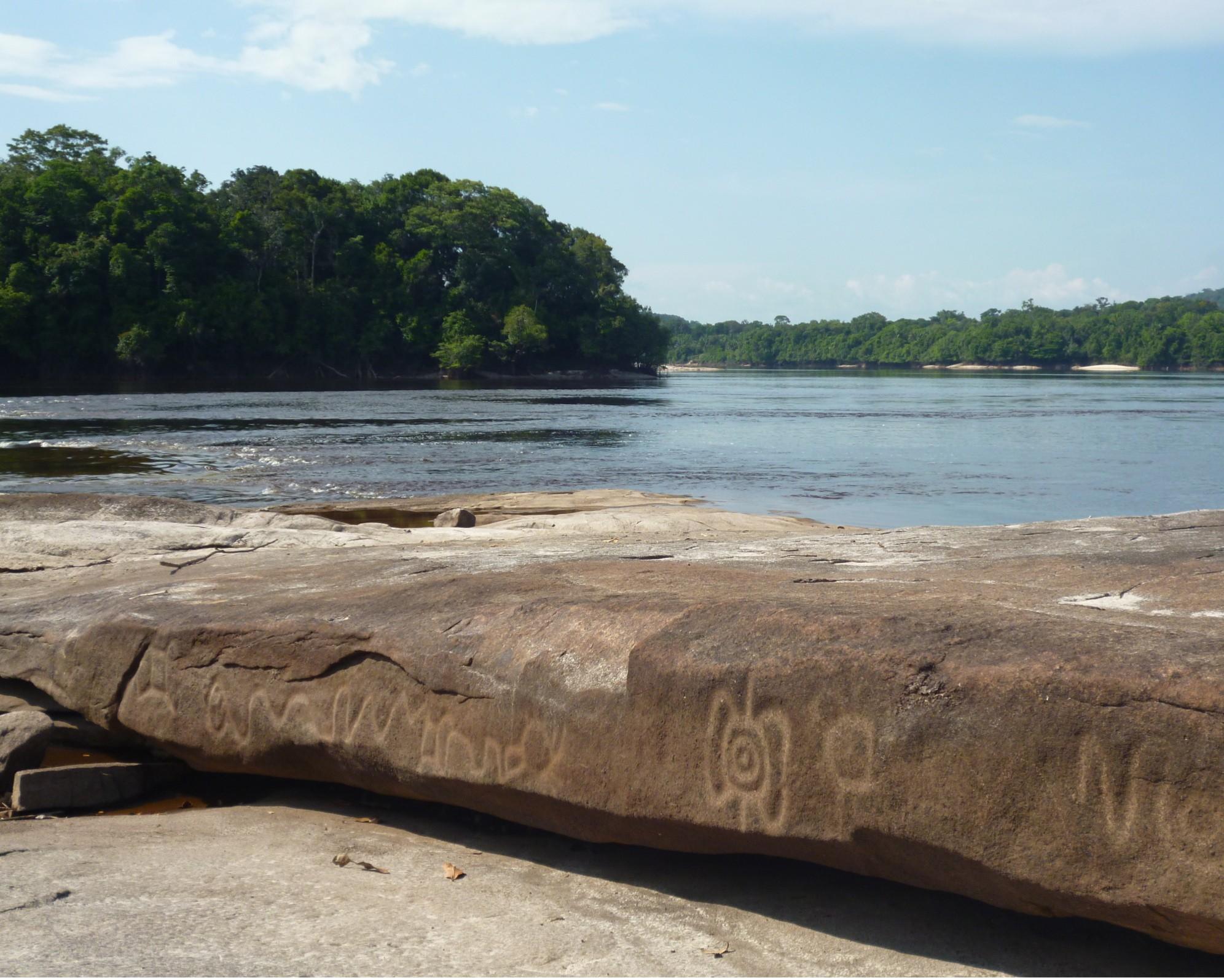 Itapinima já foi um local de grande ocupação indígena próxima à foz do rio Uaupés. Aqui há um enorme pedral com muitos petróglifos, que só aparecem quando o rio está bem seco. (Foto: Divulgação / ISA)
