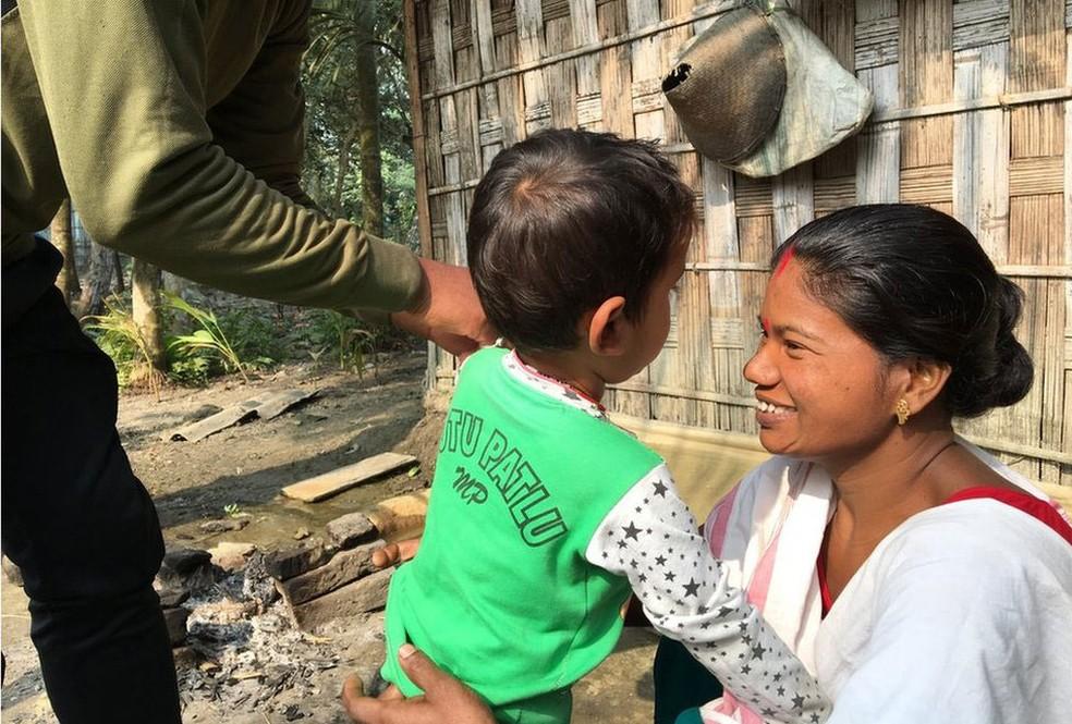 Shewali Boro diz que, no início, não acreditou que Riyan não fosse seu filho biológico  (Foto: BBC)