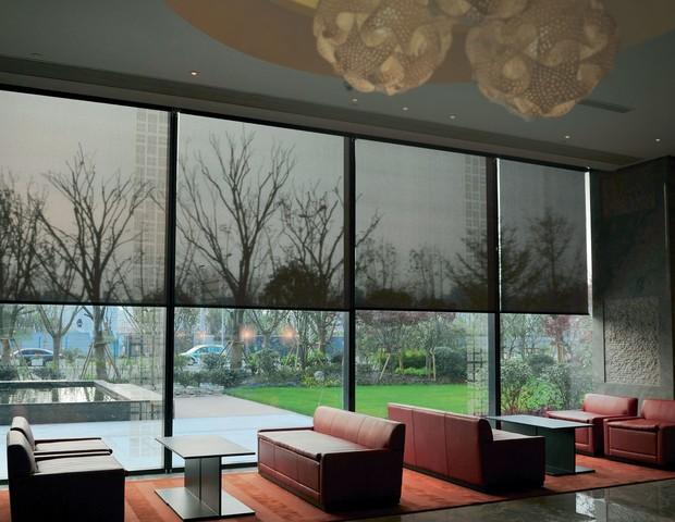 As telas escuras, feitas de fios de PVC com núcleo de fibra de vidro, tornam os ambientes internos mais agradáveis, proporcionando maior conforto visual e menor ofuscamento (Foto: Divulgação)
