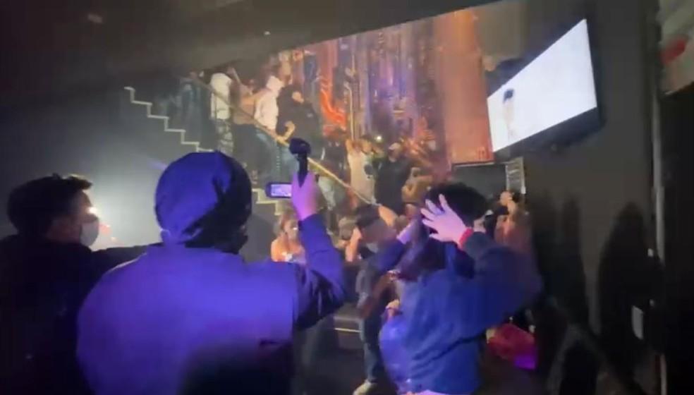 Segundo os policiais, 54 pessoas não usavam máscaras de proteção no bar onde ocorria a festa clandestina na Zona Norte de São Paulo — Foto: Divulgação/Polícia Civil