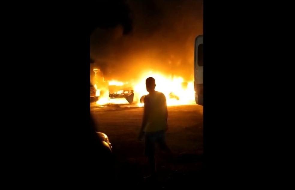 Incêndio atinge garagem de prefeitura e secretaria na Bahia; vários veículos foram queimados — Foto: Reprodução/Redes Sociais