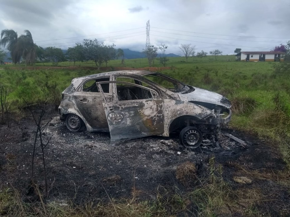 Carro em que policial foi encontrado ficou totalmente destruído pelas chamas — Foto: Divulgação/ Rede Policial