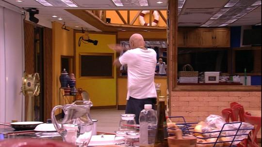 Ayrton dança sozinho ao som de 'Dança da Manivela'