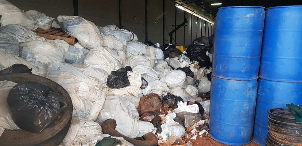 Lixo foi encontrado dentro de galpão em Araguaína — Foto: Felipe Maranhão/TV Anhanguera
