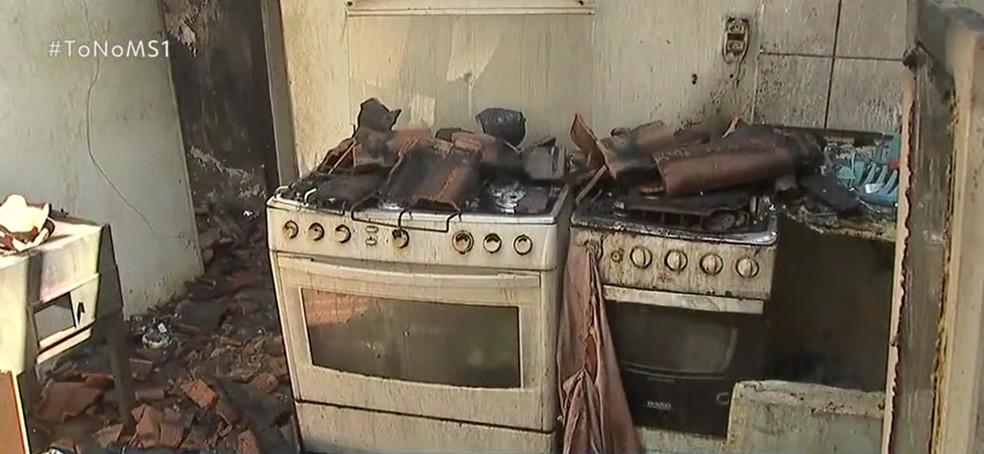 Casa em que moradora de 48 anos vivia ficou praticamente toda destruída — Foto: TV Morena/Reprodução