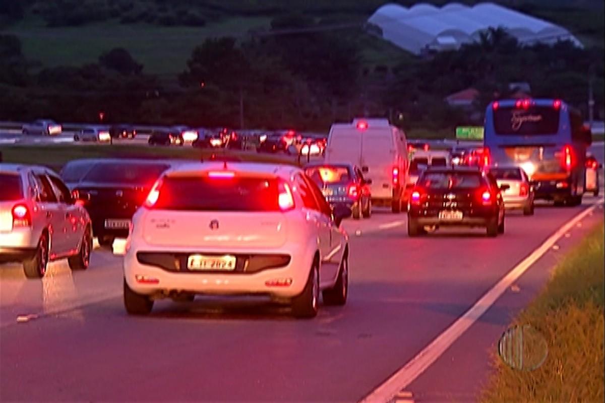 Rodovia Mogi-Bertioga tem trânsito intenso na noite deste sábado