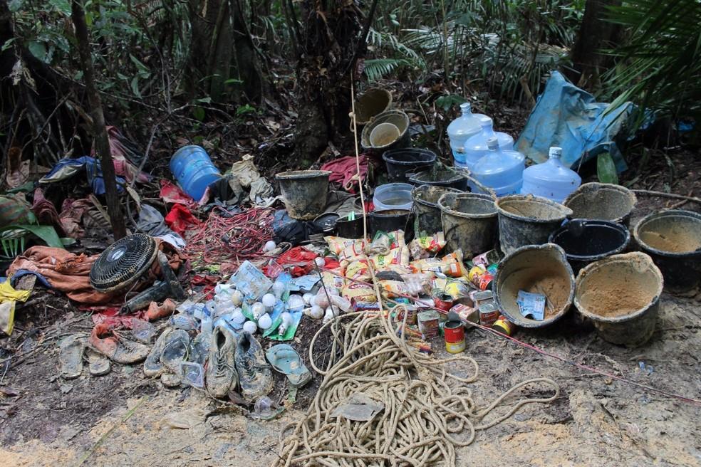 Objetos, como diversos mantimentos, ventiladores, redes foram localizados em uma área de mata próximo à muralha da cadeia (Foto: Seap/Divulgação)