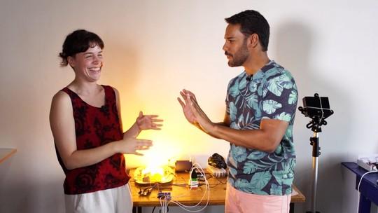 Projeto de experimentação sonora extrai música de coisas inusitadas, como lâmpadas, bacias e êmbolos
