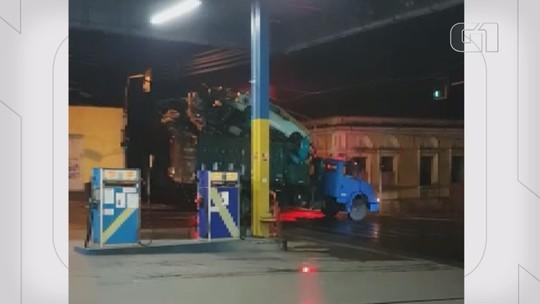 Vídeo: caminhão estoura fiação e provoca 'explosão' em Santo Antônio de Posse