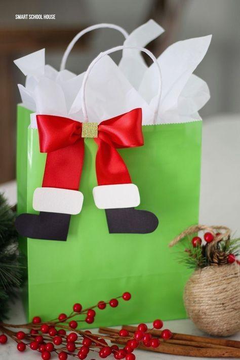 Sacola de presente com as botinhas de Papai Noel na fita (Foto: Pinterest)