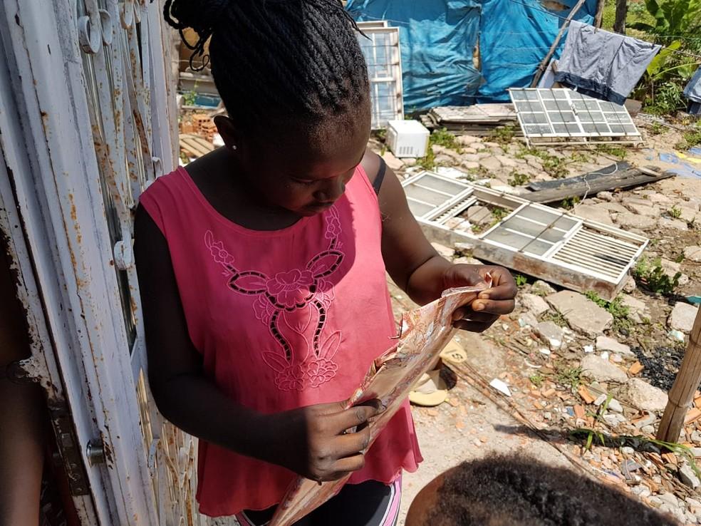 Criança abre presente que ganhou de projeto social — Foto: Rafael Lira/ Arquivo pessoal
