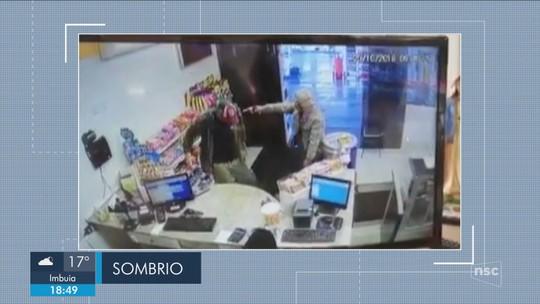 Jovem é baleado na cabeça em assalto a posto de gasolina em Sombrio