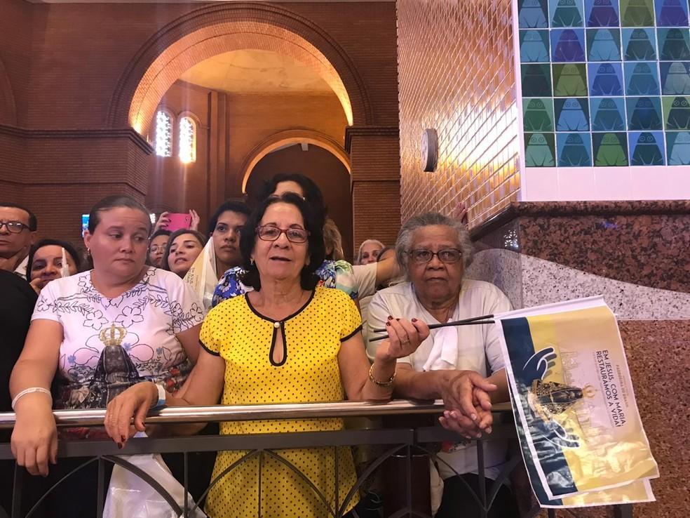 Maria da Penha Xavier (centro) veio de Vitória, no Espírito Santo para participar da celebração em Aparecida — Foto: Poliana Casemiro/G1
