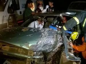 Motorista do carro de passeio ficou preso às ferragens e foi retirado pelos bombeiros (Foto: Luiz Mello/Arquivo Pessoal)