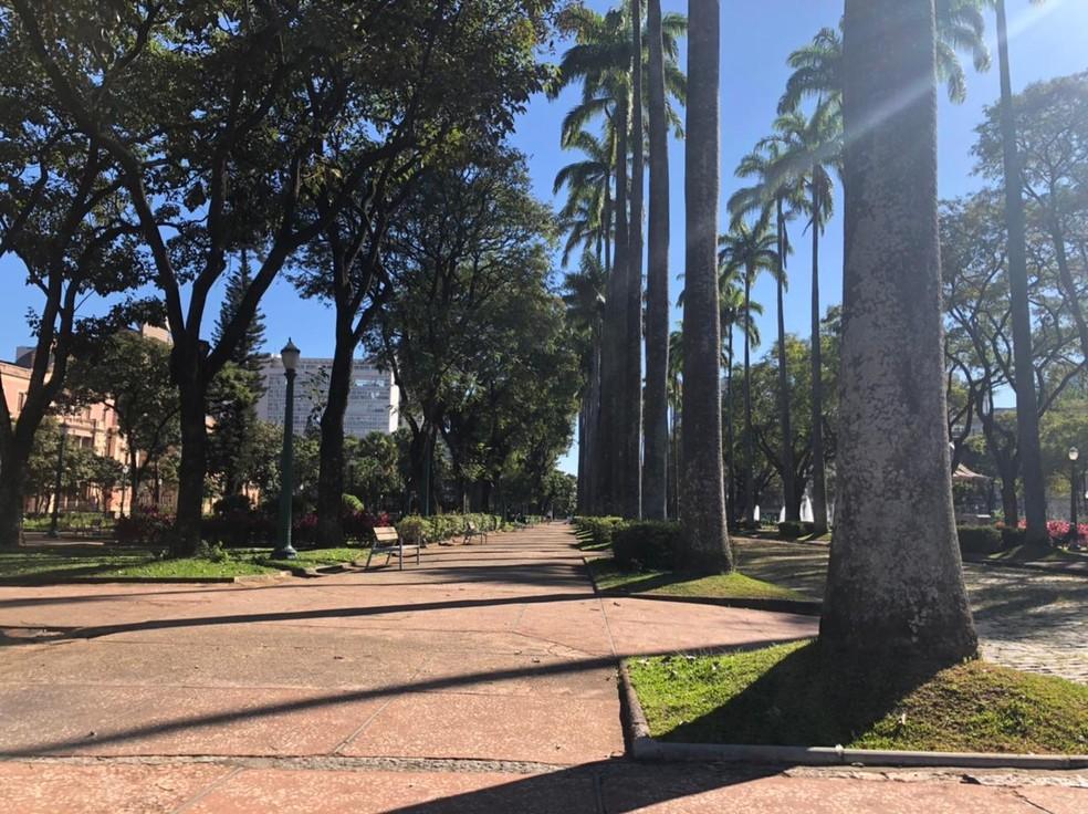Praça da Liberdade amanheceu sem grades — Foto: Cristina Moreno de Castro/G1
