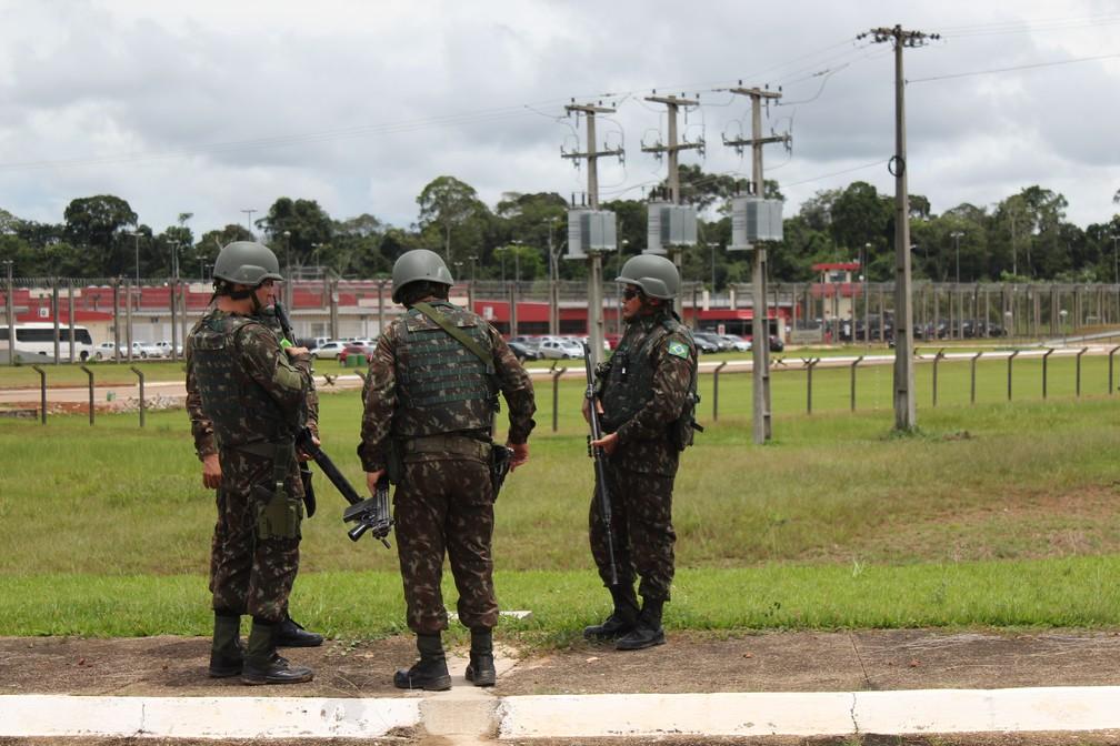 Exército prestou apoio antes da chegada dos novos detentos ao Presídio Federal de Porto Velho.  — Foto: Pedro Bentes/G1