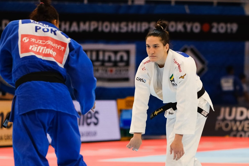 Mayra Aguiar diante da rival do Gabão no Mundial de Judô — Foto: Roberto Castro / rededoesporte.gov.br