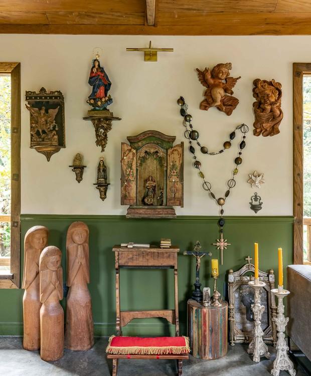 Canto de orações na fazenda tem acervo familiar e objetos garimpados (Foto: Renato Navarro/Divulgação)
