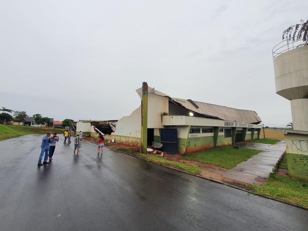 Ginásio de esportes de Mandaguaçu, conhecido como Abelhão, desabou durante temporal — Foto: Rodrigo Grando/RPC