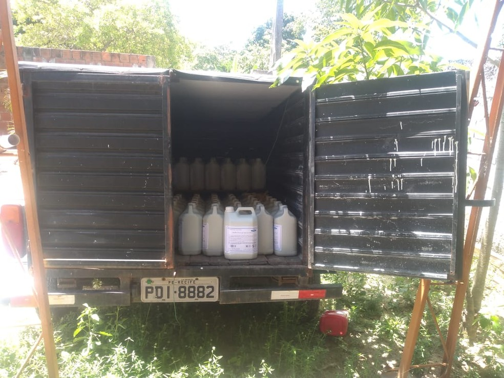 Caminhão carregado com álcool em gel produzido em fábrica clandestina, em Abreu e Lima, no Grande Recife, foi encontrado pela PM — Foto: Polícia Militar/Divulgação