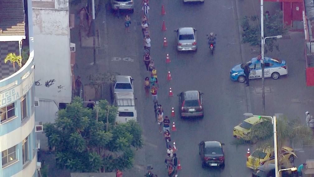 Fila da Caixa em Bonsucesso chegou a interditar parte da Rua Cardoso de Morais — Foto: Reprodução/TV Globo