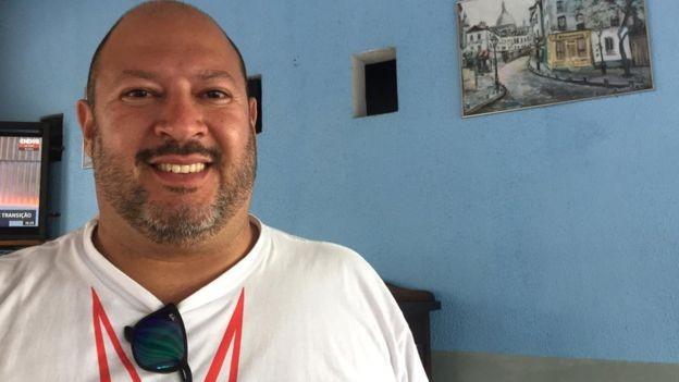 Clayton Diogenes da Silva, 43, e seu pai Antonio Carlos trabalharam por décadas na Ford em São Bernardo do Campo (Foto: BBC)