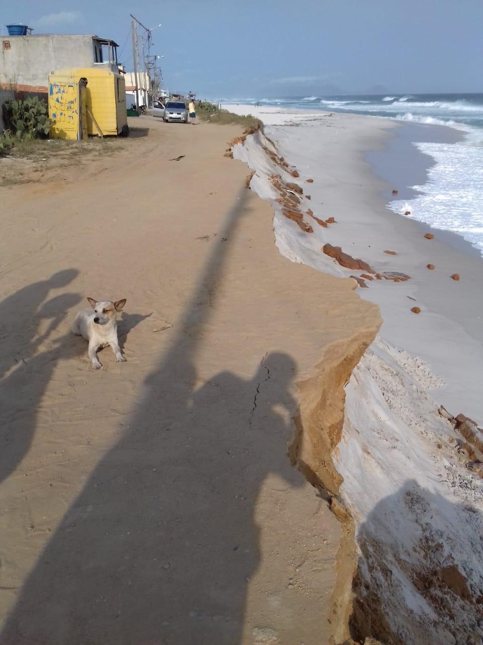 Mar com ressaca avança em Arraial do Cabo, RJ, e 13 casas são interditadas no distrito de Figueira