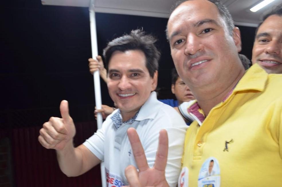 Prefeito de Carnaubais, Thiago Meira, (camisa amarela) ao lado do deputado George Soares na campanha de 2018. Foto postada no Facebook do parlamentar — Foto: Reprodução/Facebook